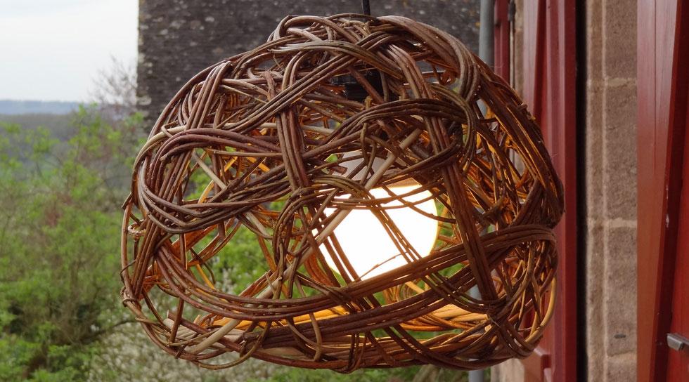 lampe luminaire en osier brut réalisé dans mon atelier de Saint Solve en Corrèze (Limousin)